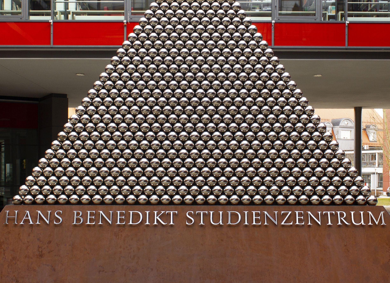 Kunst-Objekt: Pyramide auf dem Campus der Hochschule Augsburg mit Versalfiguren in Edelstahlausführung von Prof. Hans R. Heitmann