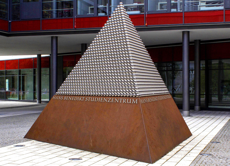 Pyramide mit Versalfiguren in Edelstahlausführung